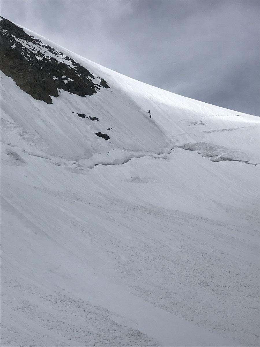 ScendiSotto la parete nord, due alpinisti la stanno scalando